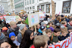 Fridays for Future - Demo in Hamburg - 01.03.2019.  Spitze des Demonstrationszuges am Gänsemarkt.