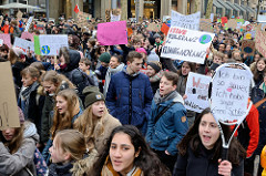 Fridays for Future - Demo in Hamburg - 01.03.2019. DemonstrantInnen tragen Demoschilder mit den Forderungen / Slogans: Keine Toleranz für Klimaignoranz - There is no planet B.