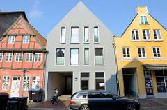 Wohnhäuser in unterschiedlichem Baustil / Architekturstil in der Norderstraße von Flensburg.