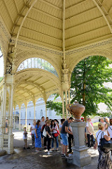 Schlangenquelle / Hadi pramen im rekonstruierten Blansko-Pavillon in Karlsbad / Karlovy Vary.