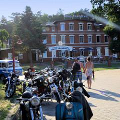 Ausflugsziel für MotorradfahrerInnen - Barhöft an der Ostsee - Teil des Nationalparks Vorpommersche Boddenlandschaft.