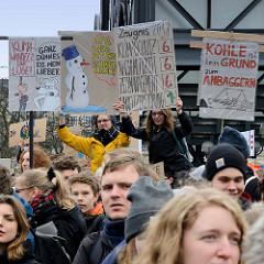 Handemalte Schilder, Plakate am Demo-Treffpunkt Hachmannplatz. Fast 10 000 SchülerInnen protestieren am 15.03.2019 bei der Fridays for Future-Demonstration in Hamburg für mehr Klimaschutz