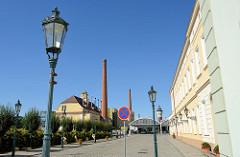 Gaslaternen und Fabrikschornsteine auf dem Firmengelände der Plzeňský Prazdroj / Pilsener Brauerei. Die Brauerei wurde 1839 gegründet und ständig erweitert. 1946 wurde das Unternehmen verstaatlicht und 194 wieder privatisiert. Ab 1999 gehörte das Un