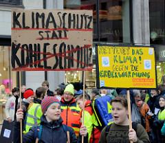 Fridays for Future - Demo in Hamburg - 01.03.2019. Demonstrationszug mit Demoschildern in der Hamburger Innenstadt / Mönckebergstraße - Slogans: Klimaschutz statt Kohleschmutz - Rettet das Klima! Gegen die Erderwärmung.