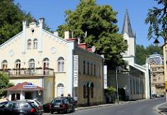 Blick zur Kirche St. Peter und Paul in Karlsbad; geweiht 1856 - Architekt Gustav Heine - pseudoromanische Architektur. Die Kirche wurde 1894 umgebaut, Architekt Julius Zeissig, wobei sie ihr heutiges Aussehen erhielt.