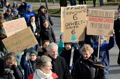 Handemalte Schilder u. a. mit der Aufschrift:  Zeugnis - Klimaschutz 6, Umweltschutz 6 + Wir machen unsere Hausaufgaben - Macht eure auch! Fast 10 000 SchülerInnen protestieren am 15.03.2019 bei der Fridays for Future-Demonstration in Hamburg für meh