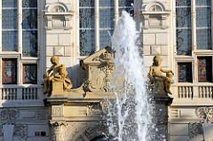 Springbrunnen-Fontäne und Portal vom Eingang des  Westböhmischen Museums in Pilsen / Plzeň; 1898 wurden die Bauarbeiten des Neorenaissance-Gebäudes abgeschlossen - Architekt Josef Škorpil.