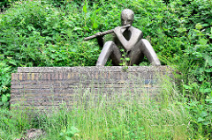 Skulptur Der Flötenspieler auf einem Ziegelsockel - Bildhauer Siegbert Amler, 1969 / Glücksburg (Ostsee).