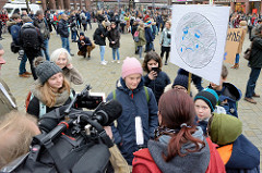 Fridays for Future - Demo in Hamburg - 01.03.2019. Treffpunkt der DemonstrantInnen auf dem Hamburger Gänsemarkt  - ein Filmteam fängt die Stimmung mit der Kamera ein.