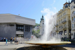 Sprudel, Springbrunnen / Vřídlo an der Straße Vřídelní in Karlsbad /  Karlovy Vary.