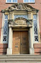 Eingang mit Säulen, Wappen und Reliefdekor - Auguste Viktoria Schule im Südergraben von Flensburg; benannt nach der letzten deutschen Kaiserin Auguste Viktoria - Baustil Heimatschutzarchitektur, Architekt  Paul Ziegler.