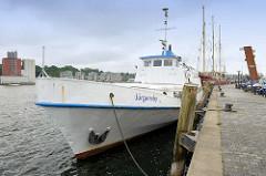 Das Ausflugsschiff Jürgensby liegt am Kai im Flensburger Hafen nahe der Schiffbrücke.
