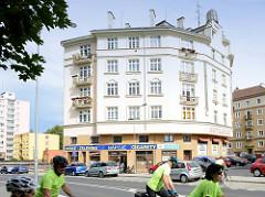 Mehrstöckiges Wohnhaus, rundes Eckgebäude mit Ladenzeile  an der Promenade des Flusses Eger / Ohře in Karlsbad /  Karlovy Vary.
