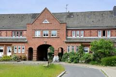 Durchfahrt / Tor vom Parkhof in Flensburg. Der Parkhof entstand von 1925 bis 1928 als Wohnquartier vom Marinestützpunkt Flensburg-Mürwik  - Baustil Heimatschutzarchitektur - Architekten Karl Bernt + Karl Frehse.