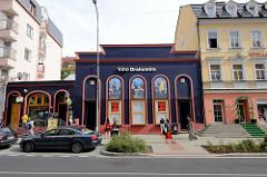 Kino Drahomíra in der Straße Vítězná  von Karlsbad /  Karlovy Vary, eines der beiden noch existierenden Kinos der Stadt.