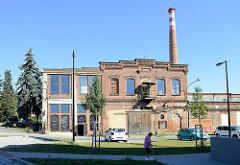 Historische Industriearchitektur / Backsteingebäude - Fabrikhallen mit Schornstein in der Straße Zahradni in Pilsen / Plzeň; jetzt Nutzung u.a. als Kulturzentrum.