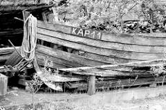 Altes Holzboot - Ruderboot, Fischerboot an der Hafenpromenade von Flensburg.
