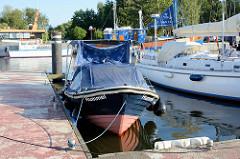 Sportboote in der Marina von Barhöft an der Ostsee.