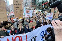 Fridays for Future - Demo in Hamburg - 01.03.2019. Spitze des Demonstrationszuges am Gänsemarkt - Transparent March now or swim later.
