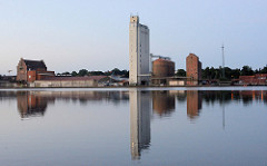 Morgenstimmung am Hafen  von Mölln - im Wasser des Ziegelsees spiegeln sich die Silos und Speichrgebäudeö