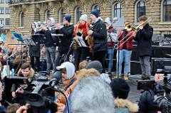 Fridays for Future - Demo in Hamburg - 01.03.2019; Musikgruppe bei der Abschlusskundgebung auf dem Hamburger Rathausmarkt.