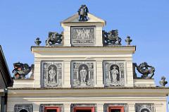 Hausgiebel mit figürlicher Malerei sowie Greifenskulpturen und Doppeladler mit Krone eines historischen Gebäudes auf dem Pilsener Platz der Republik /   náměstí Republiky in der denkmalgeschützte Altstadt von Pilsen / Plzeň.