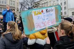 Handemaltes Schild  mit der Aufschrift: Kohle mit Kohle zu machen ist der falsche Weg.  Fast 10 000 SchülerInnen protestieren am 15.03.2019 bei der Fridays for Future-Demonstration in Hamburg für mehr Klimaschutz.