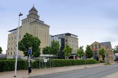 Historische Industriearchitektur - gelbe Backsteingebäude der Walzenmühle in Flensburg; der Gebäudekomplex einer ehemaligen industriellen Kornmühle entstand ab 1889 wird heute als Gewerberaum genutzt und steht unter Denkmalschutz.