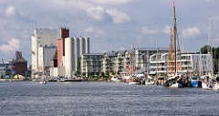 Hafenrand / Ostufer des Flensburger Hafens -  Schiffsliegeplätze, moderne Neubauten und Industriearchitektur bestimmen das Hafenbild.