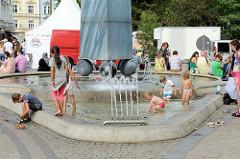 Brunnen mit Obelisk an der T. G. Masaryka von Karlsbad /  Karlovy Vary.