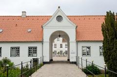 Tor / Einfahrt zum Schloß Glücksburg. Das Renaissanceschloß  ist eine der bekanntesten Sehenswürdigkeiten Schleswig-Holsteins.