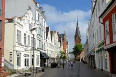 Geschäftshäuser in der Fussgängerzone der Großen Straße in Flensburg; Blick zur Sankt Marien Kirche.