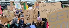 Pappschilder u.a. mit der Aufschrift EISPOLE STATT BRAUNKOHLE + LEARN TO SEE - START FOR ACT. Fast 10 000 SchülerInnen protestieren am 15.03.2019 bei der Fridays for Future-Demonstration in Hamburg für mehr Klimaschutz.