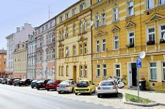 Wohnhäuser - Etagenhäuser mit unterschiedlich farblich gestalteten Fassaden in der Straße Vítězná von Karlsbad /  Karlovy Vary.