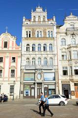 Fassade eines Wohn- und Geschäftshauses am Platz der Republik / náměstí Republiky in der denkmalgeschützten Altstadt von Pilsen / Plzeň.  Aufwändige Fassadenmalerei mit Jahreszahl 1894 - Skulpturen in Muschelnischen.