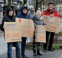 Handeschriebene Pappschilder zur Unterstützung durch die LAG Senioren / Die Linke. Fast 10 000 SchülerInnen protestieren am 15.03.2019 bei der Fridays for Future-Demonstration in Hamburg für mehr Klimaschutz.