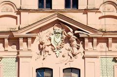 Reliefschmuck - Figuren an der Hausfassade eines Gebäudes auf dem Platz der Republik / náměstí Republiky in der denkmalgeschützten Altstadt von Pilsen / Plzeň.