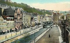 Historische, kolorierte Fotografie vom Zentrum Karlsbad - Blick über den Fluß Teplá zu Wohnhäusern / Geschäfthäuser, Glasfabrik  - re. im Vordergrund die Mühlbrunncolonnaden.