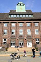 Eingang mit Terrakotta-Motiven und Kupferturm ; Holthusenbad in der Goernestraße von Hamburg Eppendorf. Die Badeanstalt wurde 1914 fertiggestellt - Architekt Fritz Schumacher.
