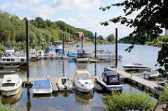 Sportboothafen / Marina von Lauenburg - im Hintergrund die Schleuse zum Elbe-Lübeck-Kanal.