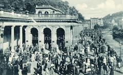 Historische Fotografie vom Kurbad Karlsbad - re. der Fluß Teplá,  im Bildzentrum die Mühlbrunncolonnaden - errichtet 1881, Architekt Josef Zitek.