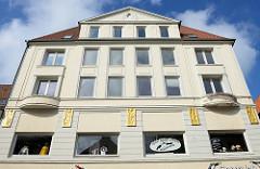 Hausfassade mit goldenen Reliefdarstellungen in der Großen Straße von Flensburg.