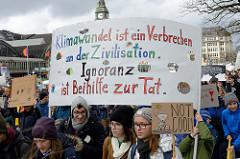Handgemaltes Transparent: Klimawandel ist ein Verbrechen an der Zivilisation. Ingnoranz ist Beihilfe zur Tat.  Fast 10 000 SchülerInnen protestieren am 15.03.2019 bei der Fridays for Future-Demonstration in Hamburg für mehr Klimaschutz