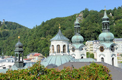 Blick auf die Türme der Marie-Magdalenenkirche in Karlsbad /  Karlovy Vary -  Architektur  des Hochbarocks, geweiht 1737 - Architekt  Kilian Ignaz Dientzenhofer.