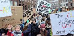 Fridays for Future - Demo in Hamburg - 01.03.2019. Schilder mit den Forderungen / Slogans: Respect you mother - Wäre die Welt eine Bank, hättet ihr sie schon längst gerettet.