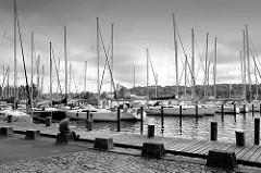 Schwarzweiß Foto aus dem Flensburger Hafen, Marina mit Segelschiffen beim Strandweg.