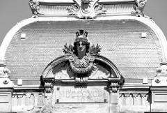 Historische Architektur im Kurort Karlsbad /  Karlovy Vary; Dachverzierung klassizistische Büste / römische Jahreszahl MDCCCXCIV = 1894.