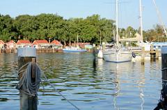 Blick auf den Hafen und die Hafenpromenade von Lauterbach / Insel Rügen.