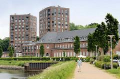 Ehem. Kasernengebäude vom Marinestützpunkt Flensburg / Mürwik an der Fördepromenade - jetzt Nutzung als Wohnraum; im Hintergrund die Hochhaus-Neubauten Luv und Lee.