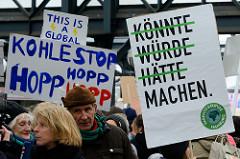 Handgeschriebenes Pappschild u. a. mit der Aufschrift: Kohlestopp hopp, hopp, hopp. Fast 10 000 SchülerInnen protestieren am 15.03.2019 bei der Fridays for Future-Demonstration in Hamburg für mehr Klimaschutz